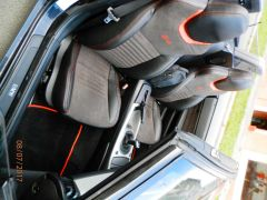 sedačky z BMW Z-4 upravene do tvaru Octavii RS3